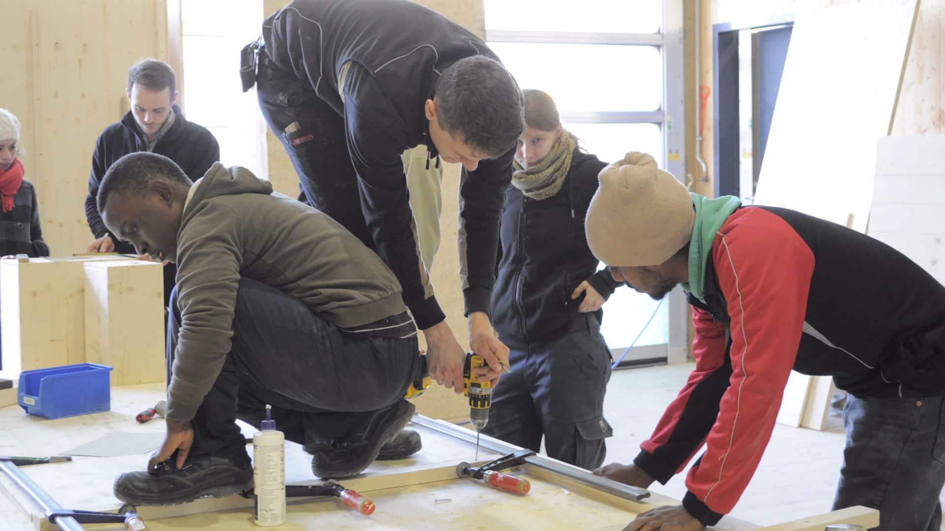 Helfer und Flüchtlinge packen gemeinsam an