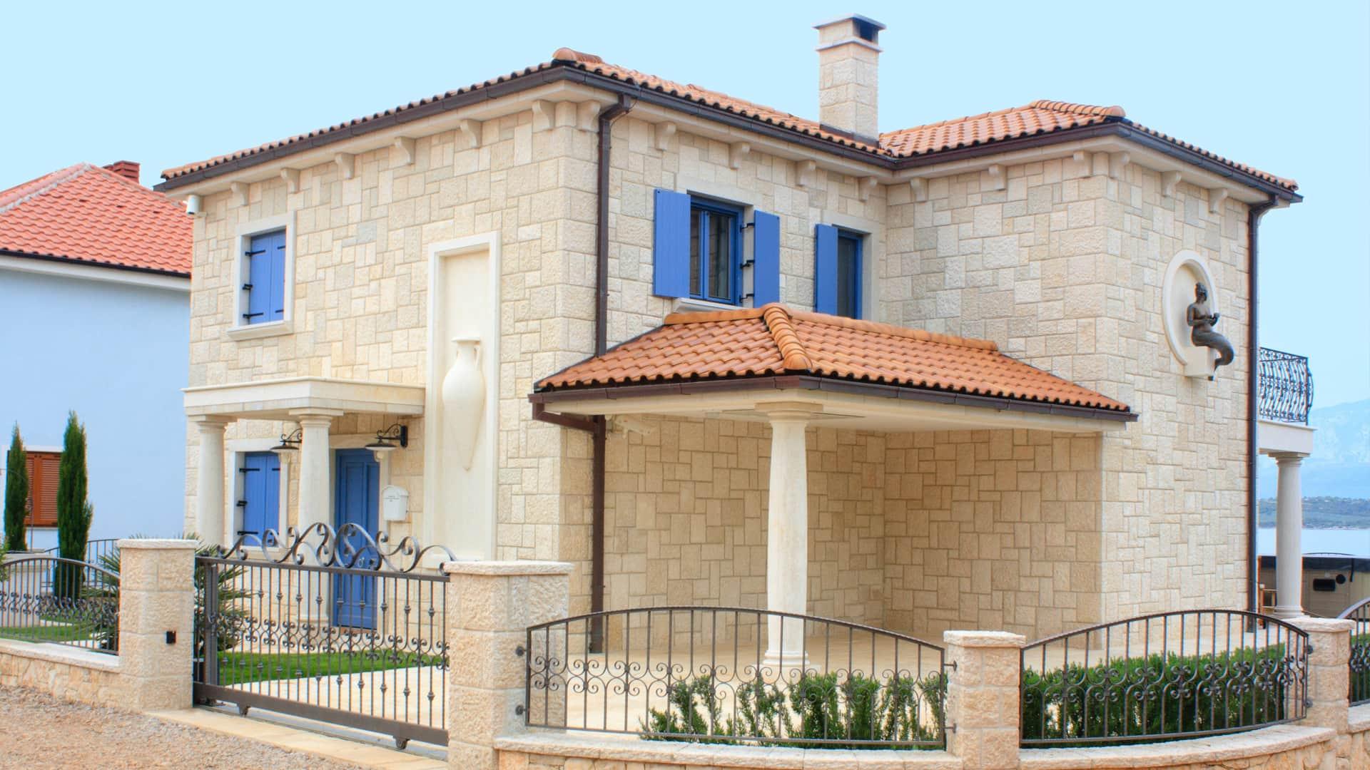 Mediterranes Haus mit Walmdach