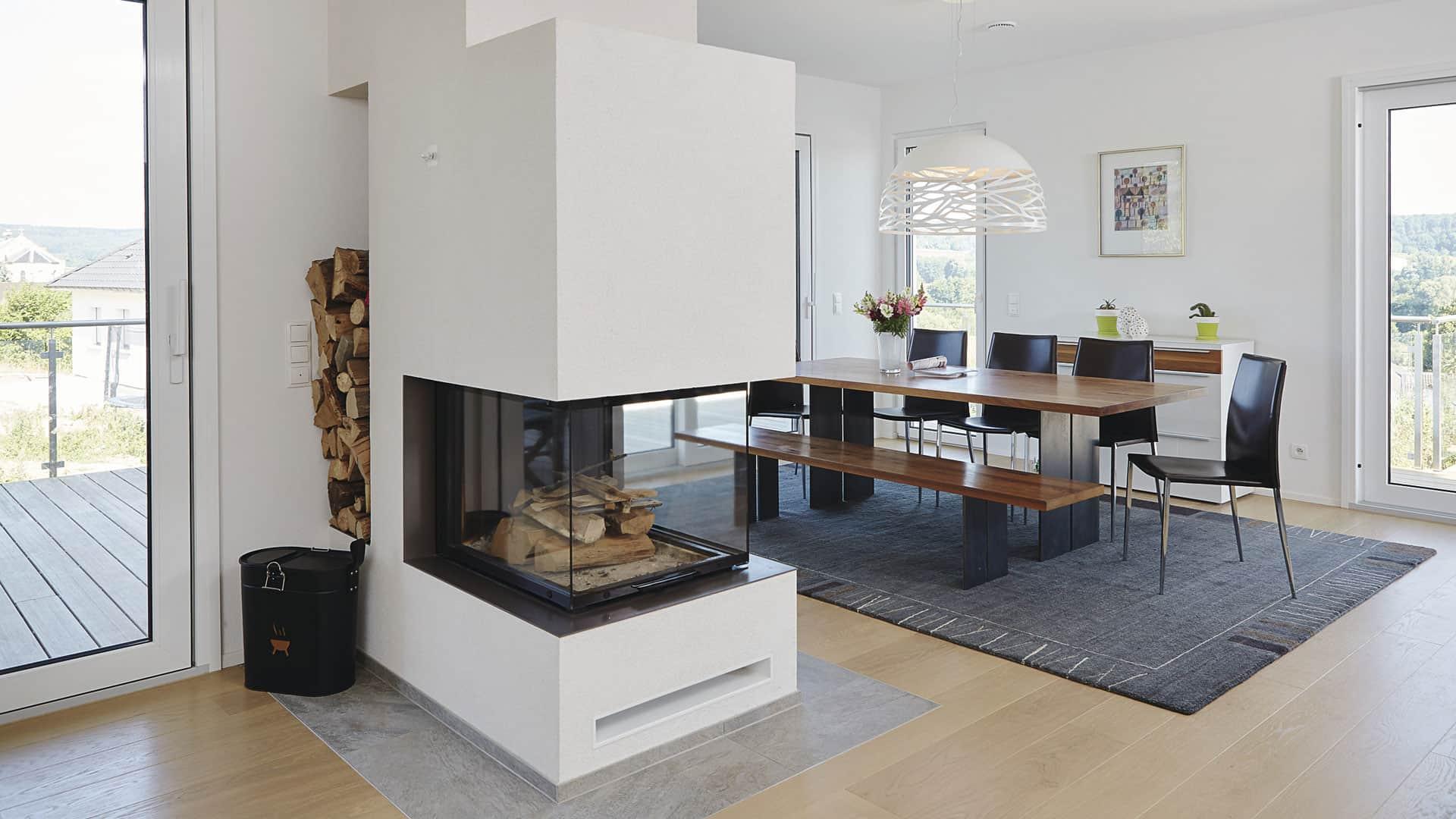 Wohnen im WeberHaus: Wohn-Essbereich mit Kamin